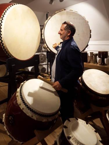 Musicien de yann arthus bertrand joue du koto