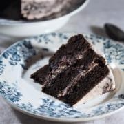 Gâteau moelleux au chocolat et aux fruits rouges