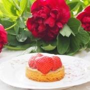 Tartelettes de fraise et compotée de rhubarbe sur sablé breton