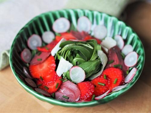 Salade composée roquette, magret de canard fumé et fraise