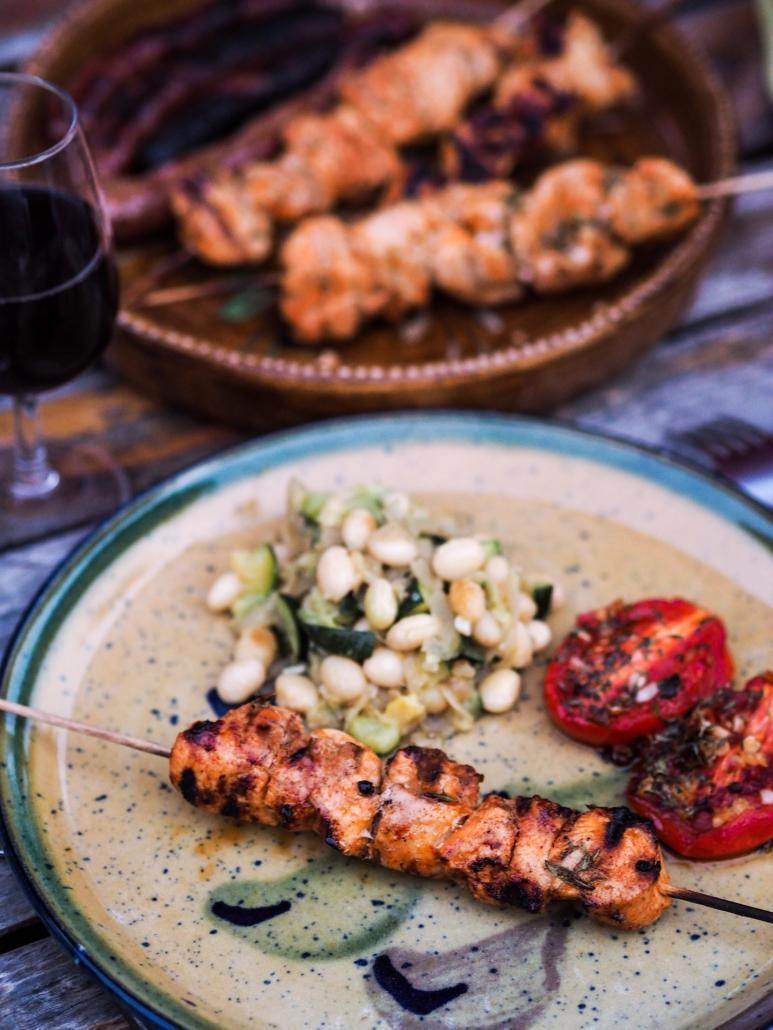 Brochettes de blancs de poulet mariné au paprika, cuit au barbecue BBQ