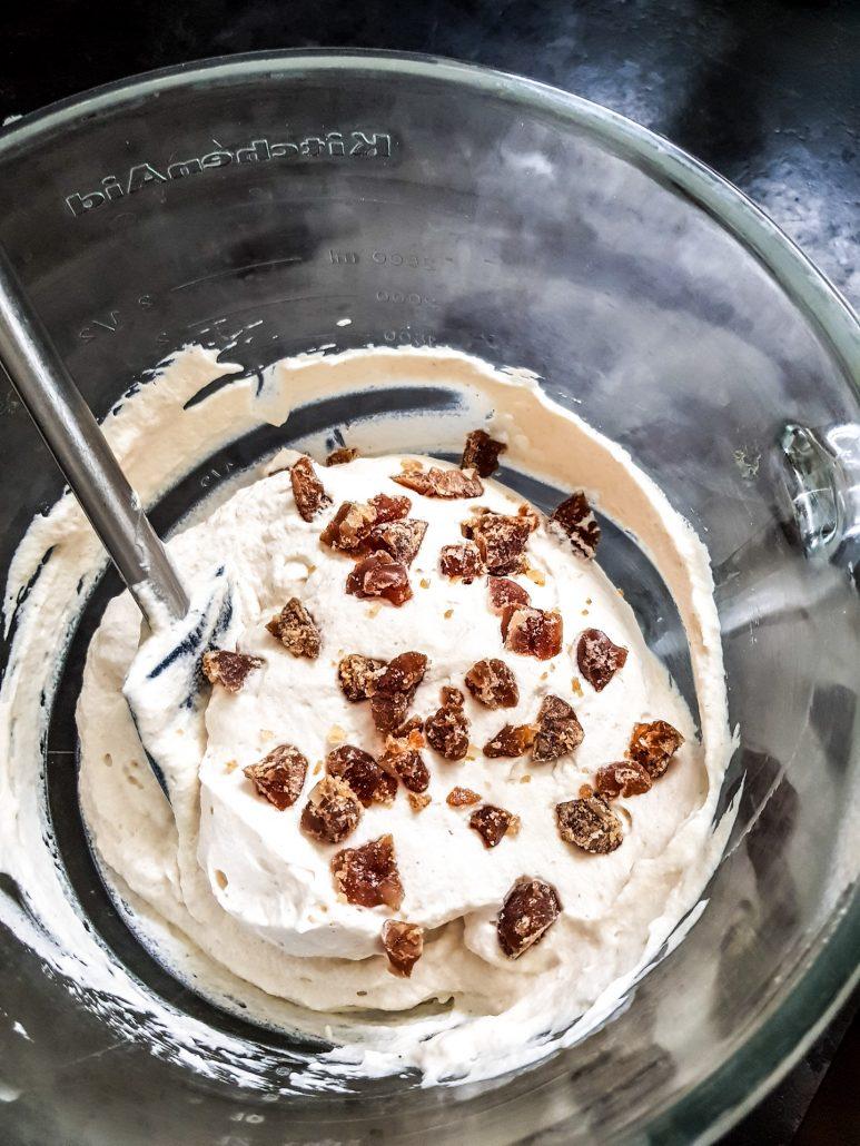 Eclats de marron glacé dans la préparation de la bûche