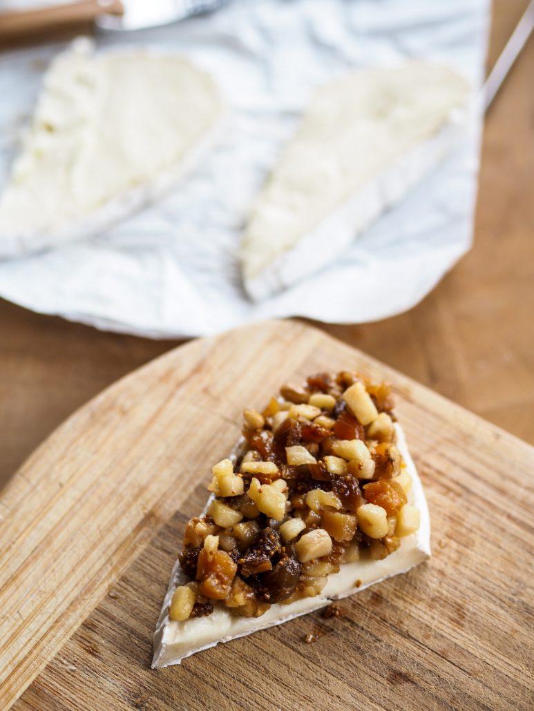 garnir le fromage de fruits secs