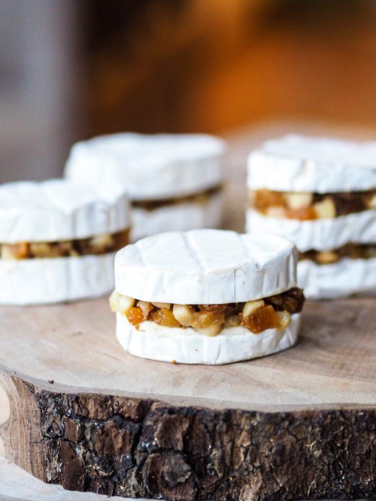 bouchées de fromage caprice des dieux garni avec fruits secs et pomme