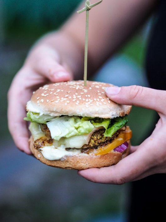 Cheeseburger au poulet pané à la pistache et fromage à raclette