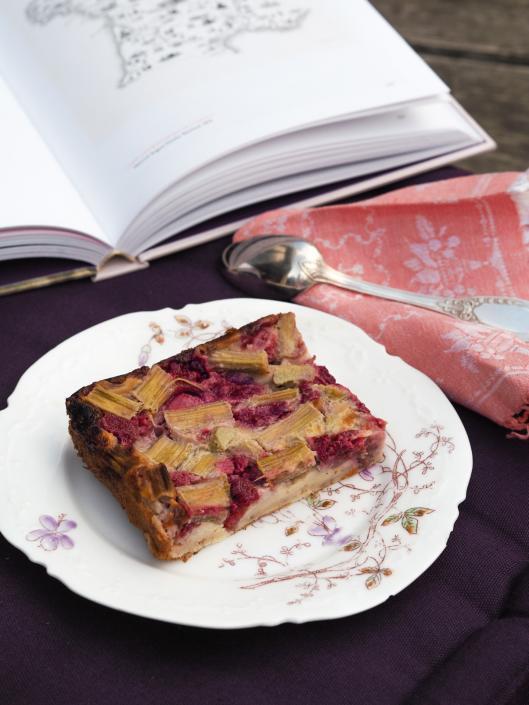 clafoutis d'été à la rhubarbe et aux fruits rouges (fraise ou framboise)