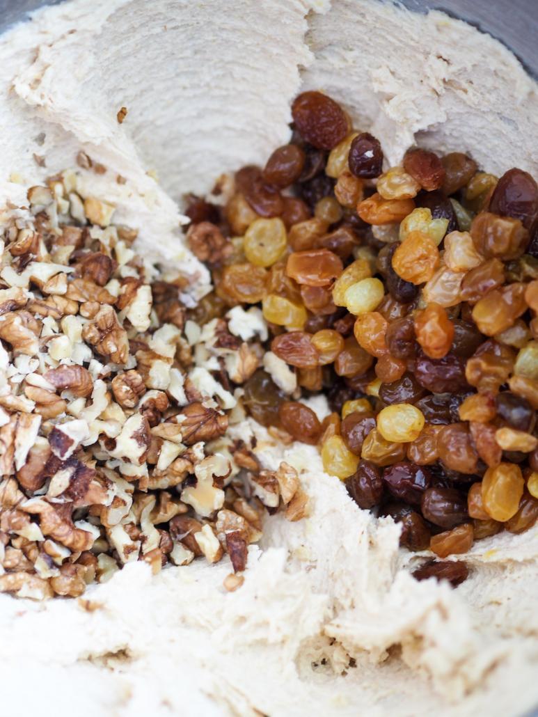 pâte à cookie, noix et raisins secs