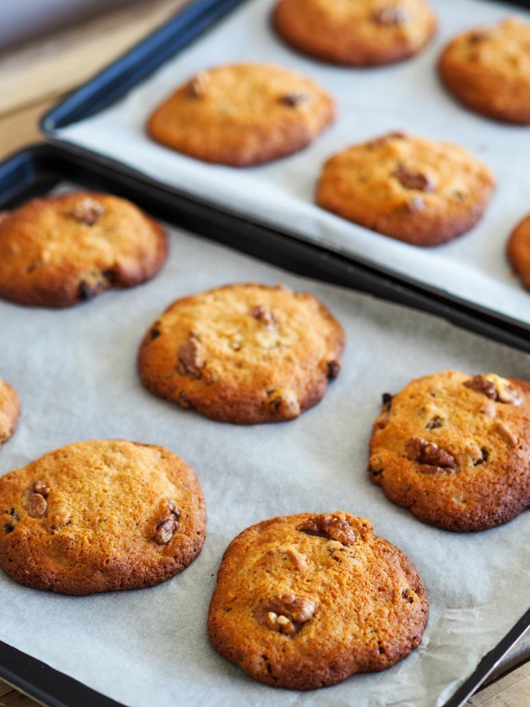 cookies bien dorés et croustillants avec des flocons d'avoine dans la pâte