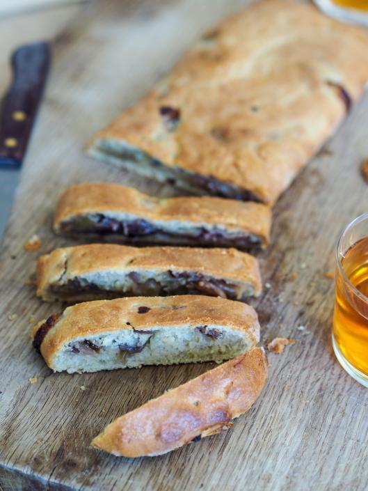 Fougasse au fromage bleu, oignons et noix