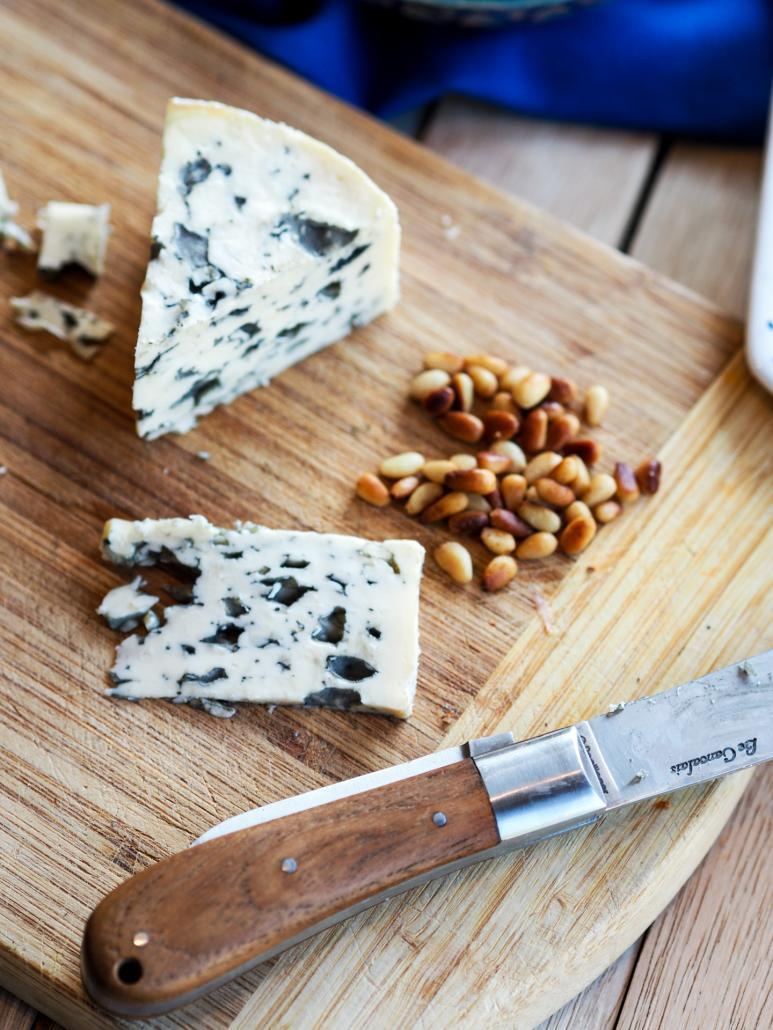 fromage bleu Fourme d'Ambert et pignons de pin