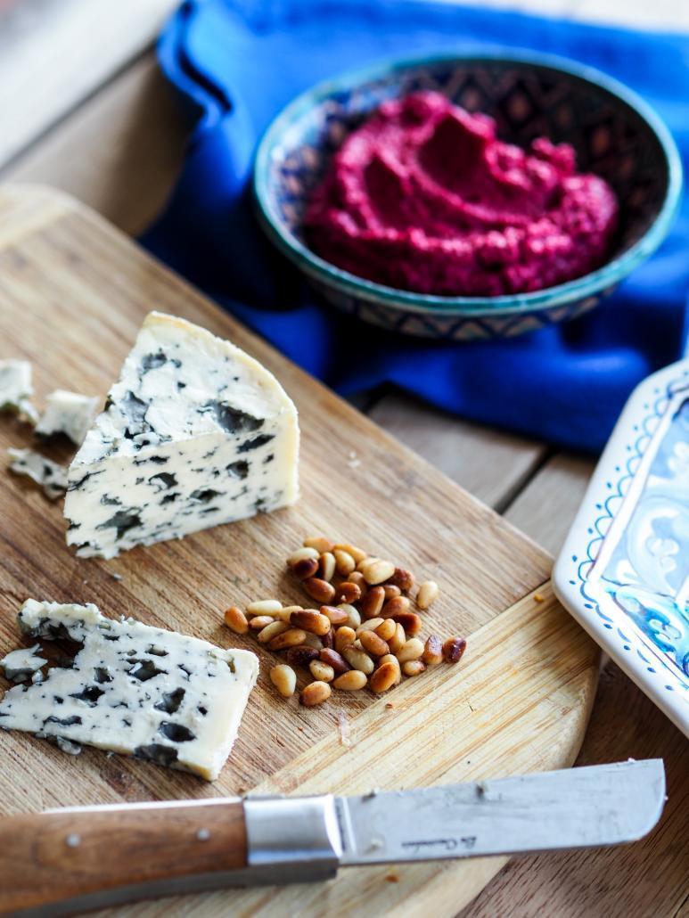 fromage bleu, pignons de pin et houmous de betterave