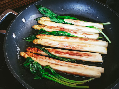 Pan fried white asparagus with wild garlic