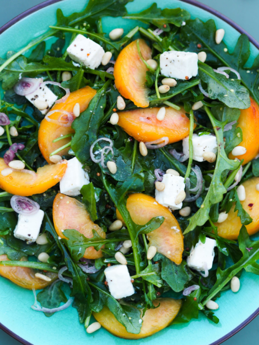 salade de roquette, pêches jaunes et feta