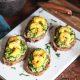 avocado toast crevettes marinées au curry