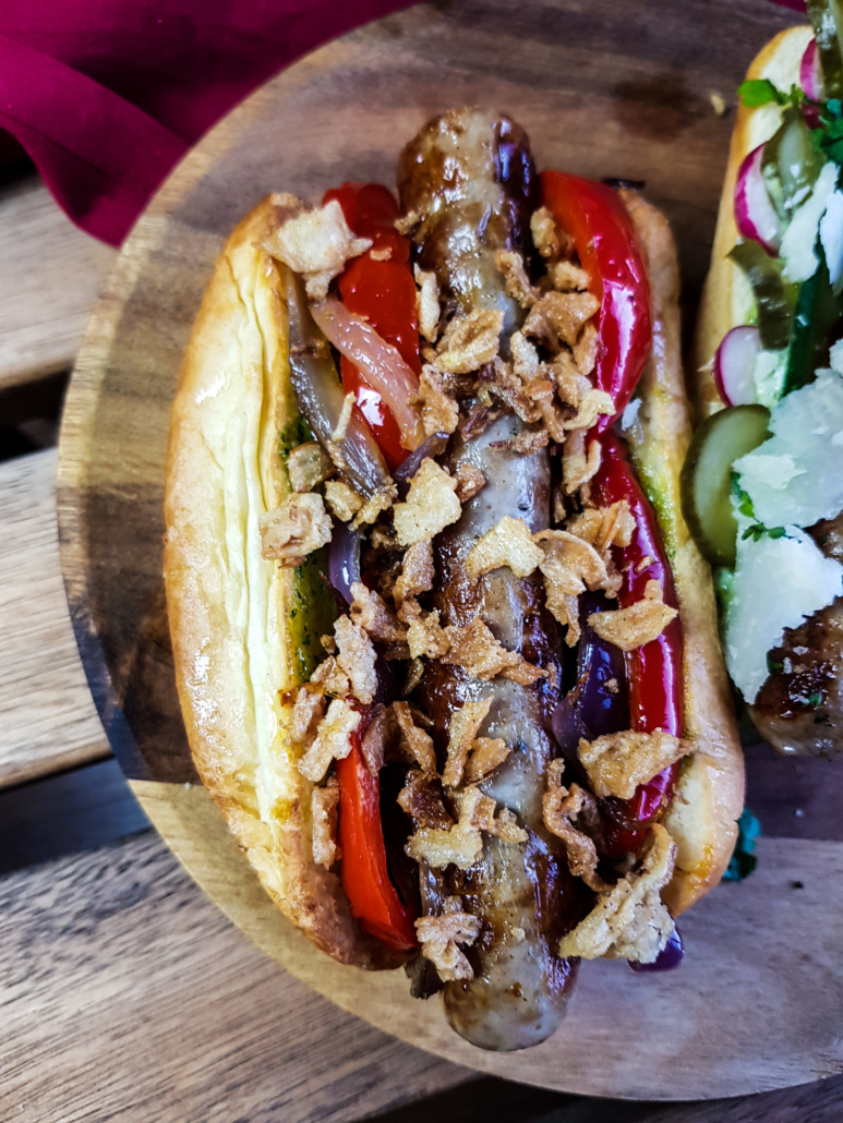 hot dog aux chipolatas garniture provençale poivrons oignons pesto