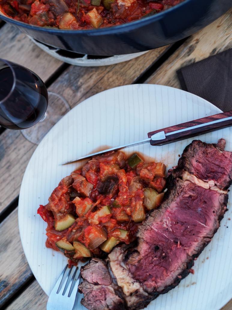 déjeuner svoureux ratatouille et viande rouge au barbecue