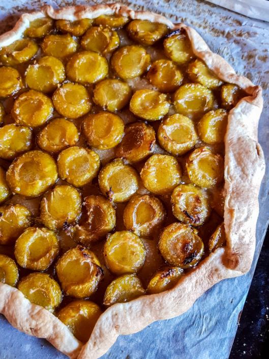 tarte aux fruits de fin d'été avec des prunes