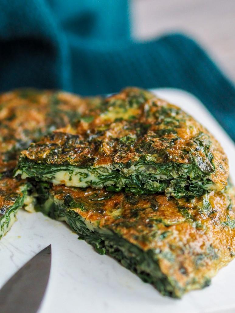 une part d'omelette aux herbes et blette trouchia