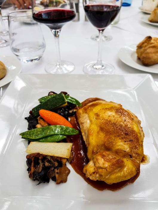 Suprême de volaille fermière, garniture forestière et légumes du restaurant la closerie des lilas