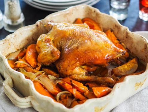 poulet rôti du dimanche, cuit au four avec des patates douces