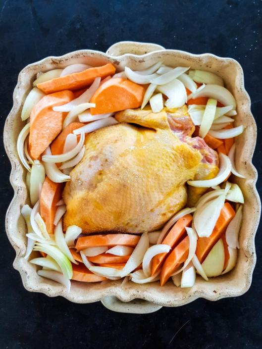 poulet oignon et patate douce prêt à aller au four