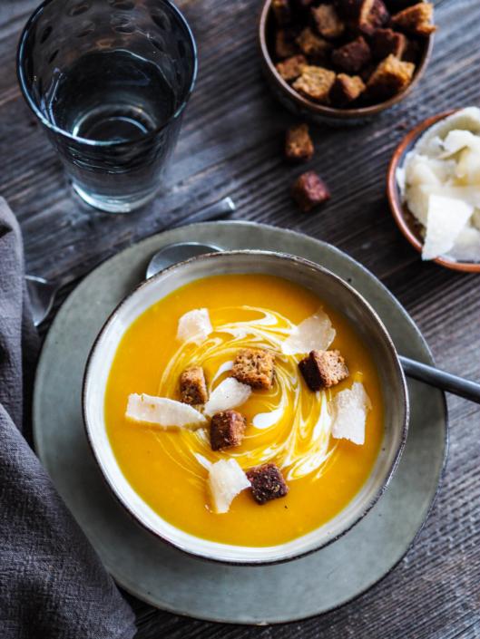 soupe veloutée de potiron, dés de pain d'épices et parmesan