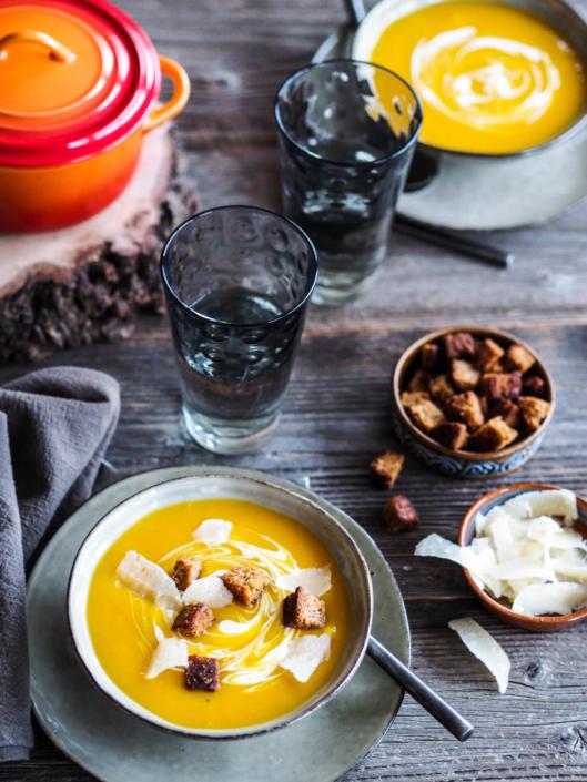 dîner soupe veloutée au potiron, pain d'épices et parmesan