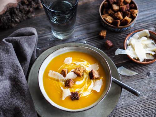soupe de potiron, dés de pain d'épices poêlés au beurre salé