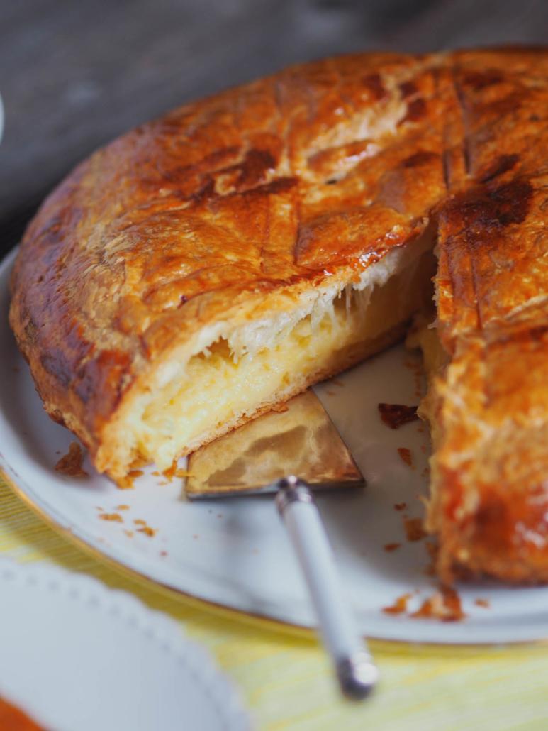 galette des rois garnie avec une crème au citron