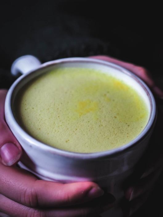 golden latte mousseux grâce à l'huile de coco