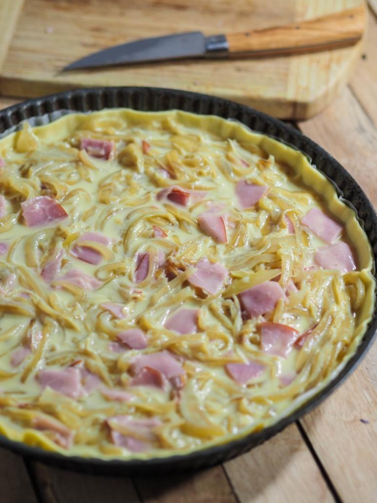 préparation de la quiche oignon bacon