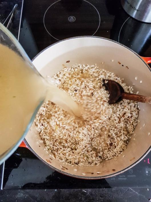 verser le bouillon de volaille dans le riz