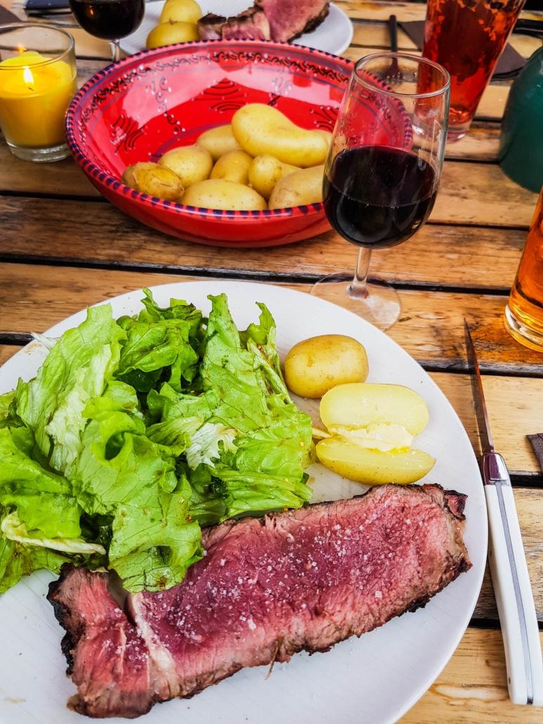 déjeuner barbecue viande rouge, pomme de terre salade et vin