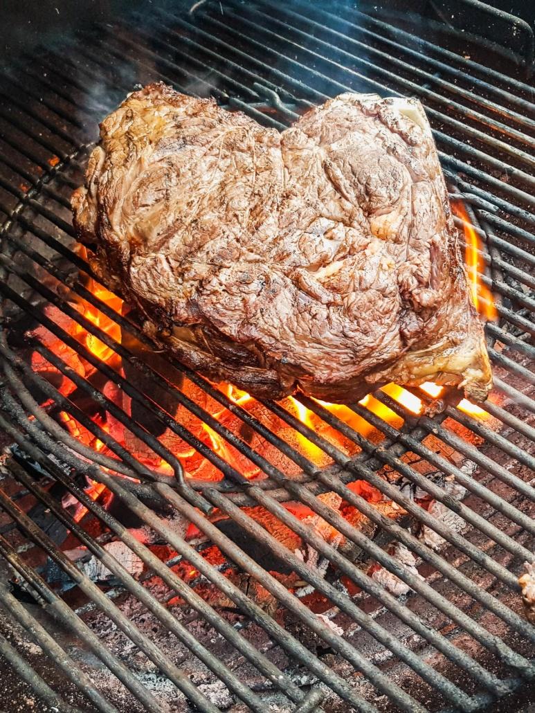 côte de bœuf cuite au barbecue