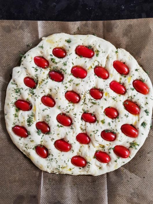 ajouter des tomates cerises sur la focaccia
