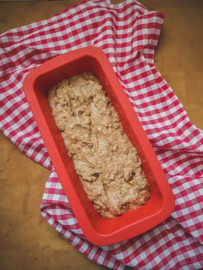 gâteau prêt à cuire au four, torchon à carreaux rouge