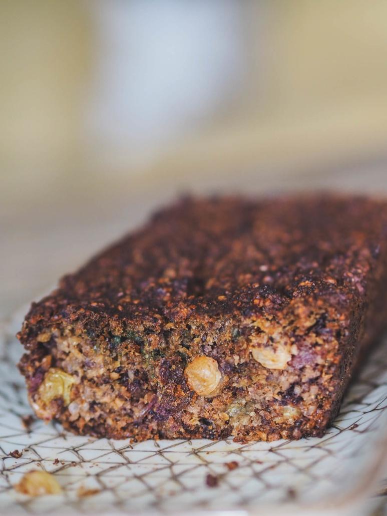 cake sans gluten coupé sans un joli plat, c'est le goûter