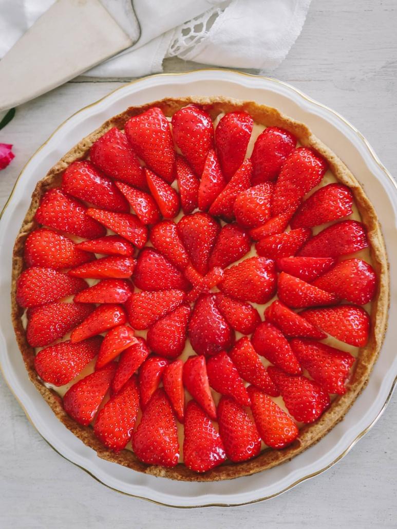 des fraises joliment arrangées pour une belle tarte