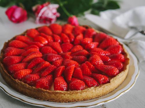 Tarte aux fraises, pâte sablée et crème légère infusée à la verveine