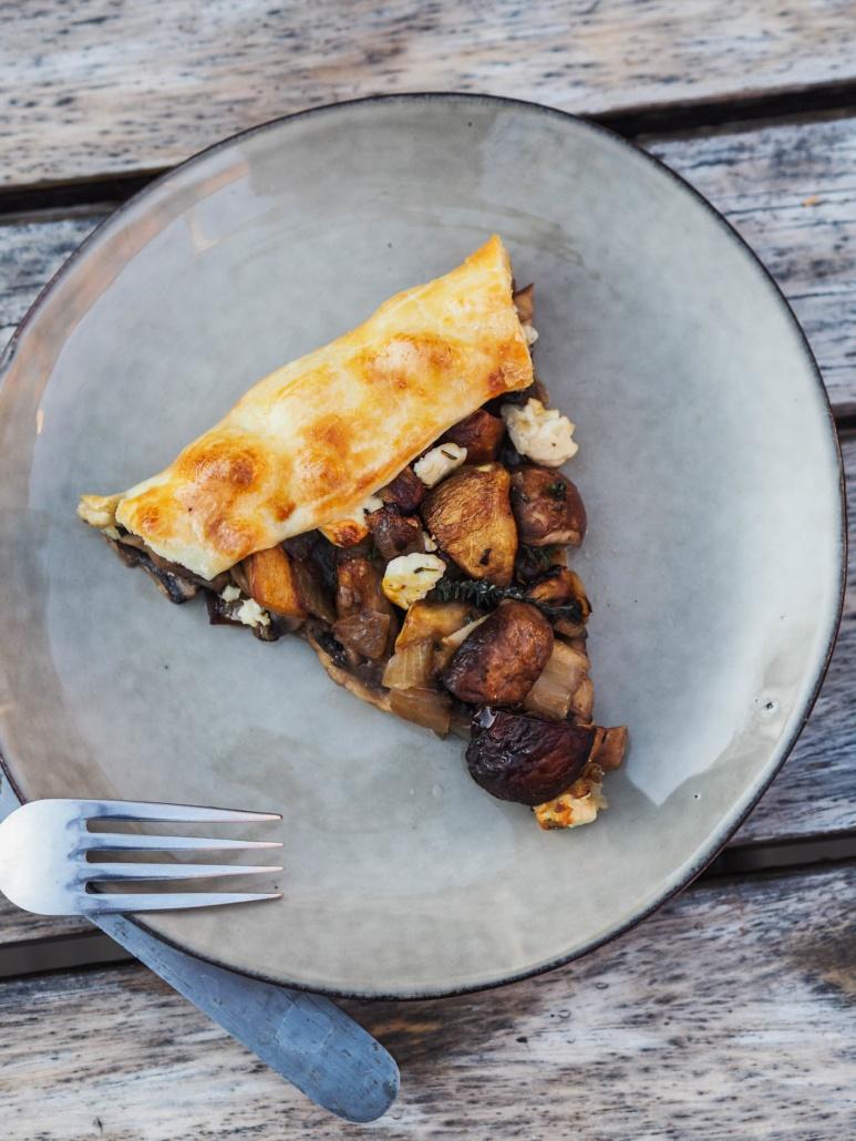 assiete végétarienne avec cette tarte aux champignons