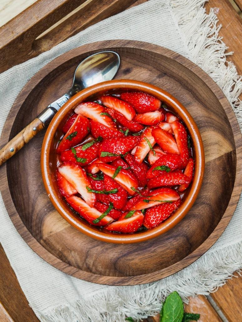 des fraises pour le dessert, la fraîcheur de la menthe