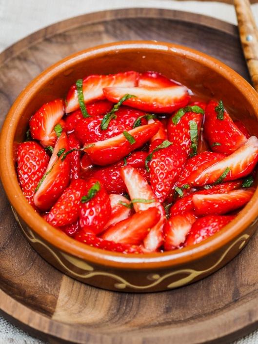 salade de fraises, sirop de menthe