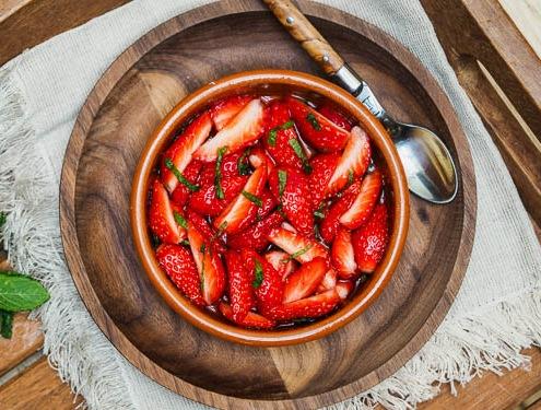 Salade de fraises à la menthe, très frais avec un sirop de menthe maison