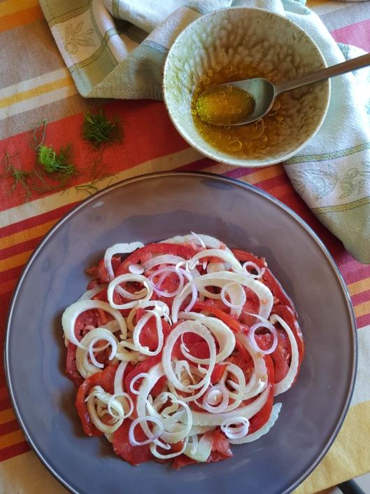 préparation de la salade composée, vinaigrette anisée
