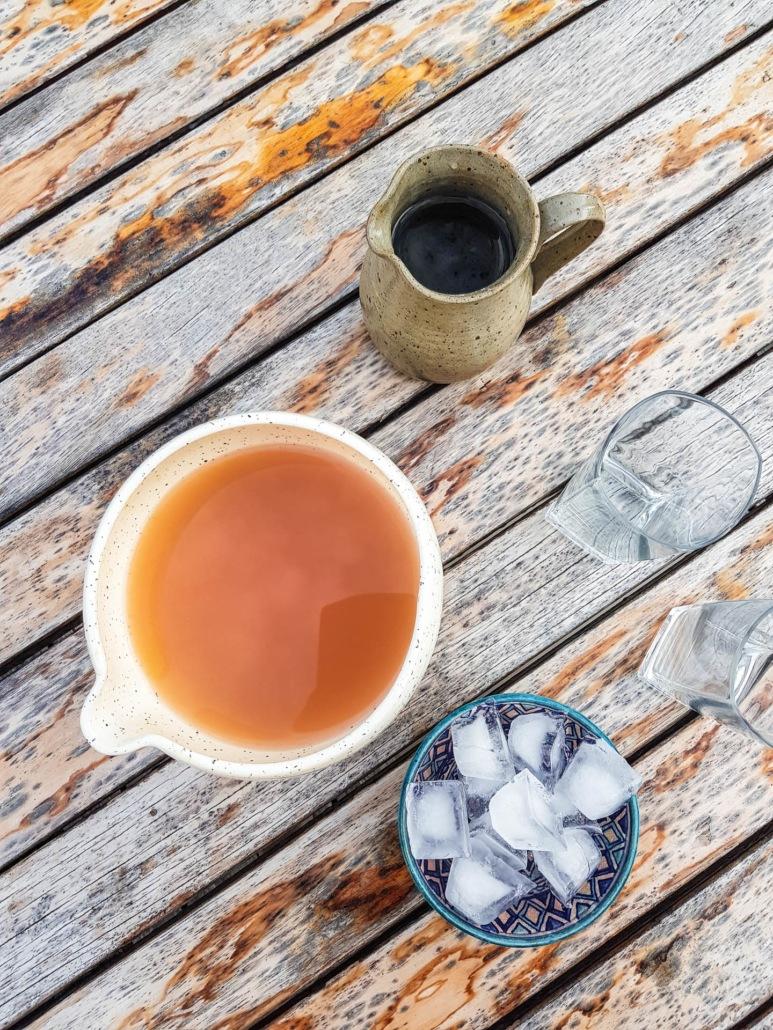 préparation de la boisson à la rhubarbe