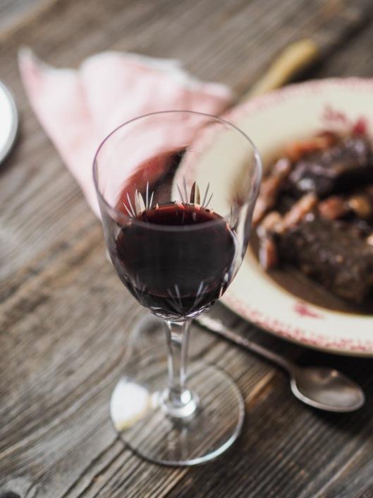 verre de vin de bourgogne rouge et v