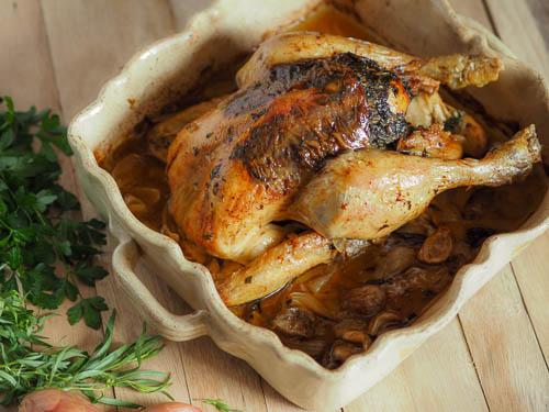 poulet rôti aromatisé au beurre d'herbe sous la peau
