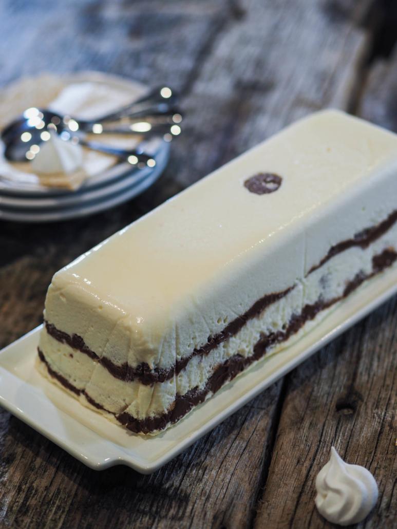 le gâteau démoulé prête à servir