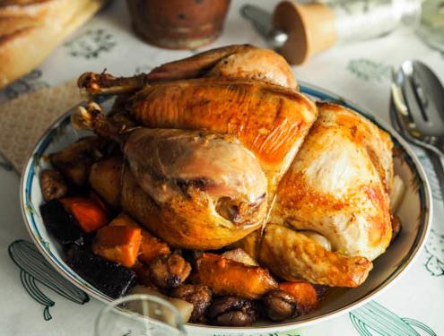 chapon rôti aux légumes d'hiver pour le repas de Noël