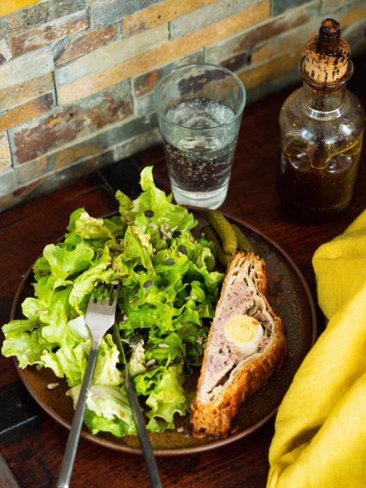 repas terrine feuilletée pâté de Pâques et salade